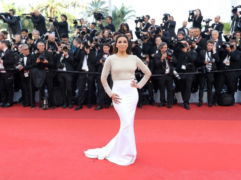 US actress Eva Longoria poses as she arrives on May 11, 2016 for the opening ceremony of the 69th Cannes Film Festival in Cannes, southern France. / AFP PHOTO / Valery HACHE